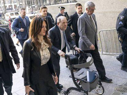 Harvey Weinstein, a su llegada este lunes al tribunal penal del Estado de Nueva York. En vídeo, el jurado declara a Harvey Weinstein culpable de violación y agresión sexual.