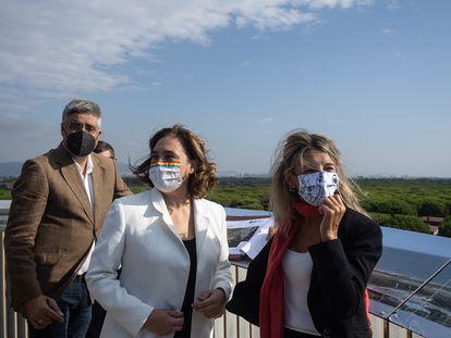 La alcaldesa de Barcelona, Ada Colau, y la ministra Yolanda Diaz durante su visita a La Ricarda.