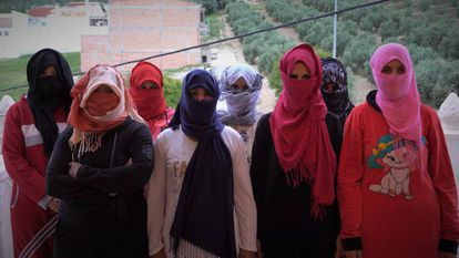 Diez temporeras escaparon de una finca de Huelva, donde denuncian abusos sexuales, además de duras condiciones laborales.