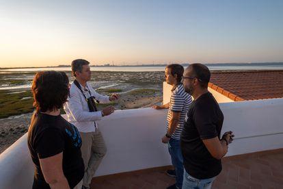 Desde la izquierda, Macarena Castro, coordinadora de MedArtSal; Juan Martín, de la ONG Salarte; Héctor Bouzo, de Marambay, y Antonio Rivero, trabajador de la salina, en la terraza de una casa salinera restaurada.