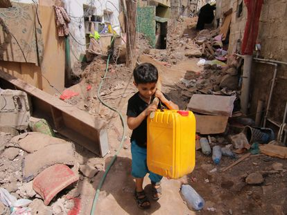 Un niño transporta agua en un bidón en la ciudad de Aden (Yemen).