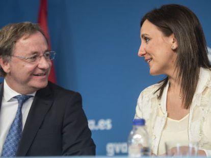 Juan Carlos Moragues y María José Català, tras el pleno del Consell.