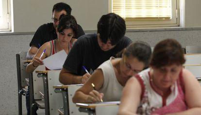 Opositores de educación secundaria en el examen en 2010.
