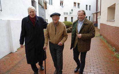 Desde la izquierda, Dieprand von Richthofen, Luis Iriondo Aurtenetxea y Karl-Benedikt von Moreau, ayer en Gernika.