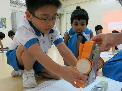 Un alumno de preescolar juega con Kibo, un juguete robotizado.