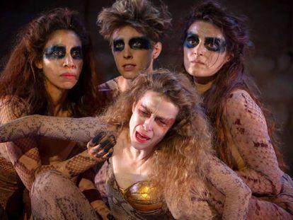 Silvia Abascal, en primer plano, en una escena de 'Las amazonas' en el Festival Internacional de Teatro Clásico.