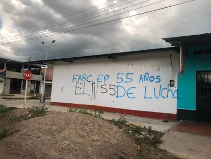 Un grafiti en el departamento de Arauca que revela la presencia de las disidencias de las FARC y del ELN.