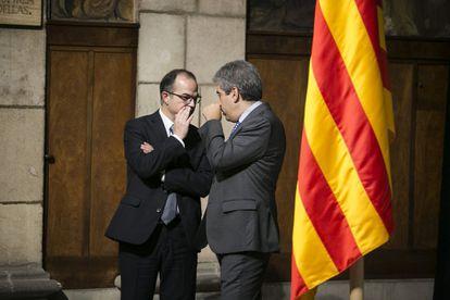 El 'exconseller' Jordi Turull (a la izquierda) conversa con el también 'exconseller' Francesc Homs durante un acto del pasado 6 de abril