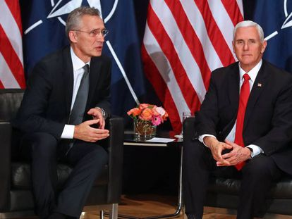 El secretario general de la OTAN, Jens Stoltenberg, junto al vicepresidente de EE UU, Mike Pence, en febrero en Múnich.