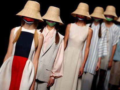 Varias modelos lucen creaciones de la firma de moda española Devota&Lomba en la Mercedes Benz Fashion Week de septiembre de 2020, donde se presenta la primavera-verano 2021 con desfiles presenciales y digitales.