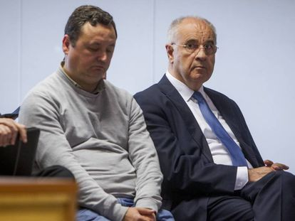 El exconsejero valenciano Rafael Blasco, a la derecha, este lunes en el banquillo de los acusados por malversar presuntamente fondos de la cooperación.