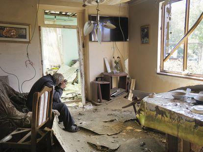 Un hombre en su casa de la localidad de Shosh, en el alto Karabaj, destruida por un ataque de Azerbaiyán, el pasado sábado.