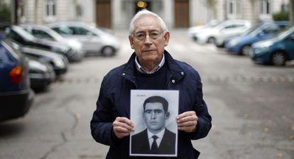 Fausto Canales muestra una foto de su padre.