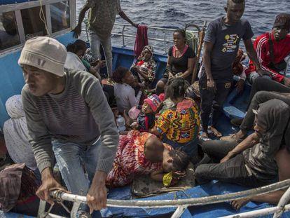 Emigrantes, tras ser rescatados este domingo por el 'Open Arms'.