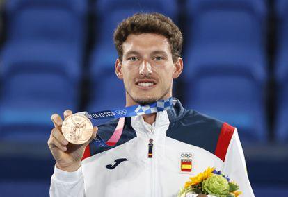 El tenista español Pablo Carreño celebra en el podio tras conseguir su medalla de bronce en los Juegos Olímpicos de Tokio