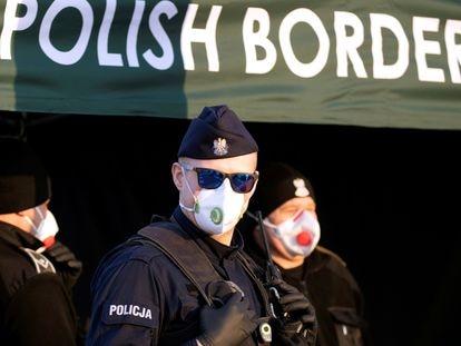 Policías protegidos con mascarillas en la frontera de Alemania con Polonia, este martes.