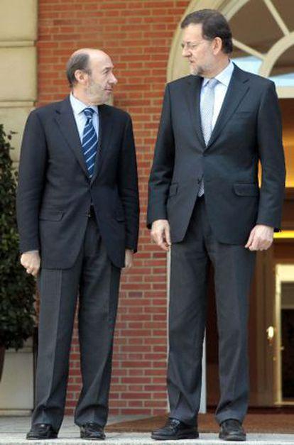 Rajoy y Rubalcaba posan en la puerta de La Moncloa el 15 de febrero 2012.