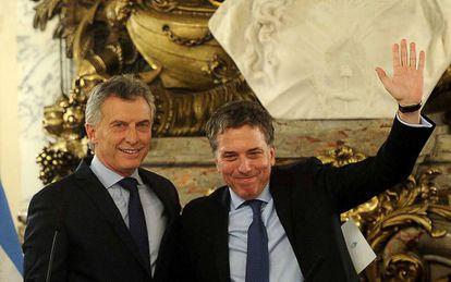 El presidente argentino, Mauricio Macri (izq), junto al ministro de Hacienda, Nicolás Dujovne.