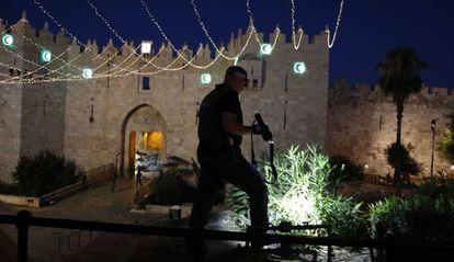 Un policía inspecciona la zona del atentado en la puerta de Damasco de Jerusalén