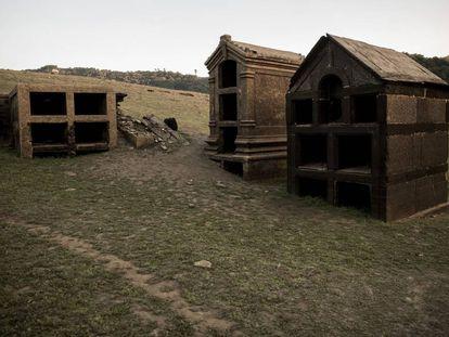 Nichos fúnebres emergidos por la sequía del embalse de Belesar en el lugar de Loio.