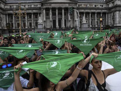 Pañuelazo a favor del aborto legal frente al Congresoa argentino.