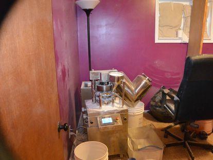 Interior de la casa de un traficante condenado por dirigir la venta en línea de fentanilo.