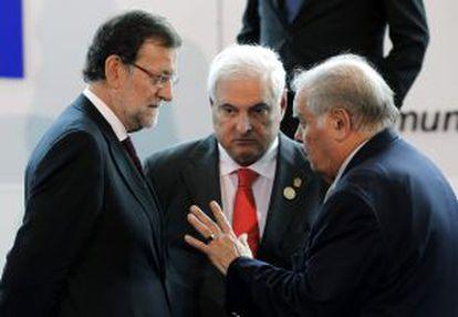 Enrique Iglesias (a la derecha), habla con el presidente de Panamá y el jefe del Gobierno español en la cumbre de Panamá.