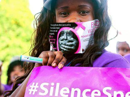 Una mujer celebra el Día Internacional del Fin de la Violencia Contra la Mujer.