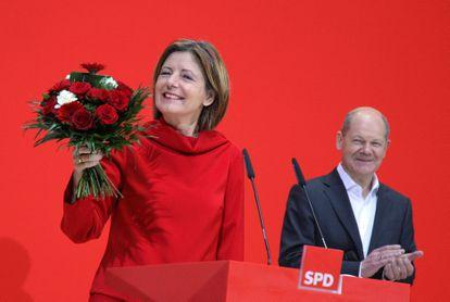 La gobernadora de Renania-Palatinado, Malu Dreyer, celebra su victoria electoral junto al vicecanciller y candidato del SPD, Olaf Scholz, este lunes en Berlín.