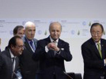 """Los 195 países llegan a un acuerdo contra el calentamiento global, el primer pacto """"universal  de la negociación climática"""