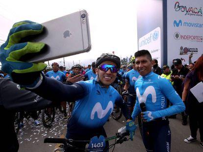 Nairo Quintana, a la derecha, junto a un aficionado en su marcha ciclista en Colombia.