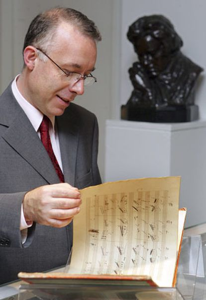Stephen Roe, director del departamento de Manuscritos de Sotheby&#39;s, ojea el original de <i>La gran fuga.</i>