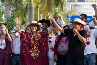 Evelyn Salgado junto a su padre Felix Salgado Macedonio, en los festejos de la victoria, en en Acapulco, Guerrero.