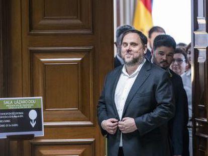 Los parlamentarios separatistas presos se registran y recogen sus actas en las Cortes. Custodiados por la policía, no han tenido contacto con los medios pero han distribuido imágenes y declaraciones en las redes sociales