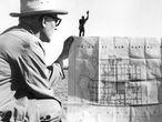 Le Corbusier con el plan maestro de de la maqueta del hombre Modulor en Chandigarh. Tras el objetivo, su mano derecha Pierre Jeanneret.