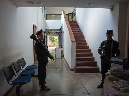 Dos policías hacen guardia durante un cateo en las oficinas del periódico Confidencial, el 15 de diciembre de 2018 en Managua, Nicaragua.