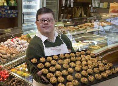 Amadeu Vallvé, en la pastelería de su familia, en el barrio de Gràcia de Barcelona.
