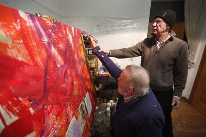 Ataúlfo Casado, ciego desde hace años, pinta con la ayuda de su amigo Andrés Barba.