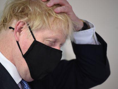 Boris Johnson con mascarilla este viernes, durante una visita al Centro Médico Tollgate, en Londres