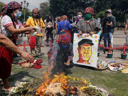 Indígenas mayas homenajean a Domingo Choc el pasado 10 de junio en Guatemala.