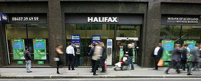 Aspecto que presentaba ayer la entrada de una oficina de Halifax en Londres.