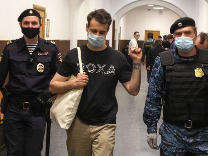 Vladimir Metelkin, uno de los cuatro editores de la revista 'Doxa' bajo arresto domiciliario, en una audiencia de prisión preventiva en Moscú, el 14 de abril de 2021.