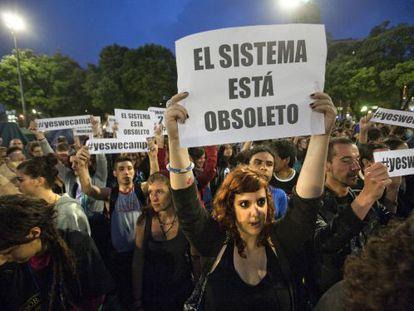 """Jóvenes del movimiento """"Democracia real, ya!"""" protestan en Barcelona."""