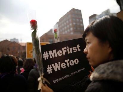 Una mujer en una manifestación de protesta parte del movimiento #MeToo en Seúl, en 2018