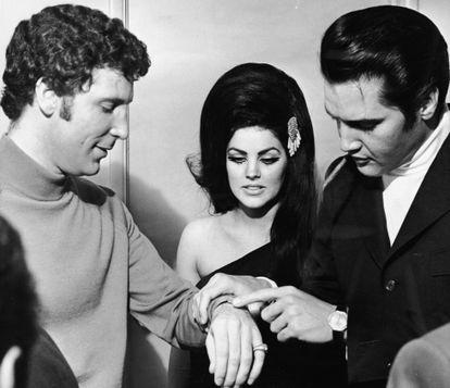 Elvis Presley toca la muñeca de Tom Jones en presencia de Priscilla Presley, pareja del primero, en Las Vegas en julio de 1971.