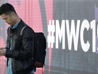 Un visitante en la Fira de Barcelona donde se celebra el MWC.