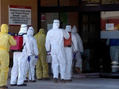 La Unidad Militar de Emergencias en labores de desinfección en un residencia en Leganés (Madrid), el pasado 3 de abril.