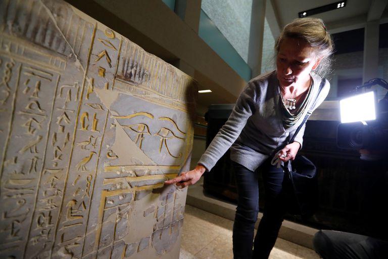 La directora del museo egipcio de Berlín, Friederike Seyfried, muestra uno de los objetos atacados con aceite a principios de octubre.