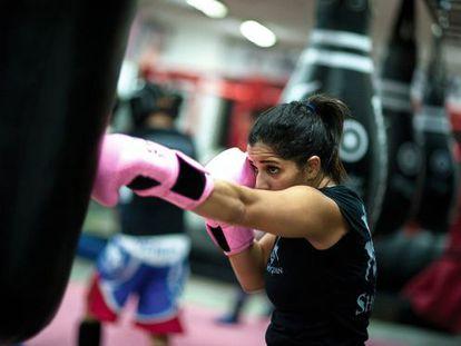 Maya Houdroge (32 años), entrenadora física personal de artes marciales. Ha ganado varias medallas de oro y está preparándose para el campeonato femenino de 'muay thai' (un arte marcial) en Dubái, el próximo 16 de diciembre.