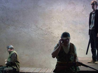 De izquierda a derecha, Rafael Calatayud, Marcial Álvarez y César Sarachu, en un ensayo de 'En la orilla', adaptación de la novela de Rafael Chirbes.